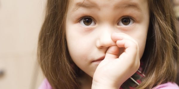 Ребенок ковыряет нос