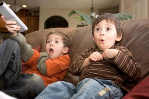 Дети смотрят мультфильмы