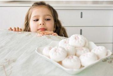 ребенок ест зефир