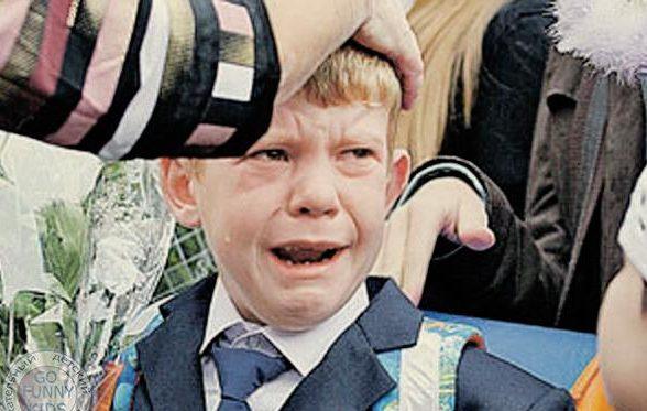 мальчик плачет на линейке