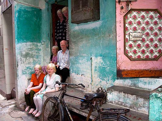 Семья альбиносов у своего дома