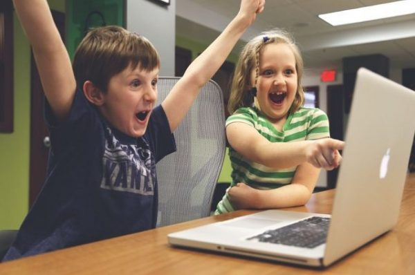 Деи играют за компьютером