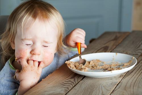 малышка ест кашу