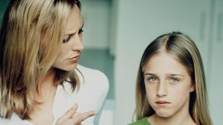 Мама ругает девочку