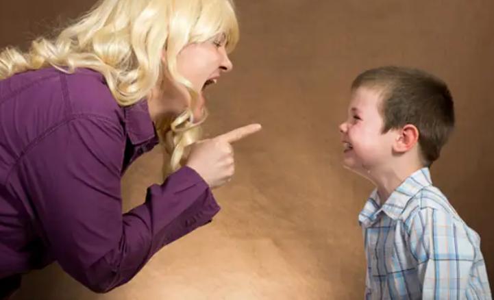 Мать ругает сына