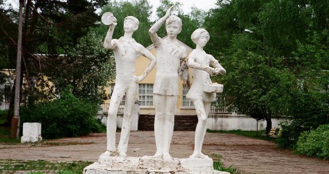 Такие статуи были в каждом лагере