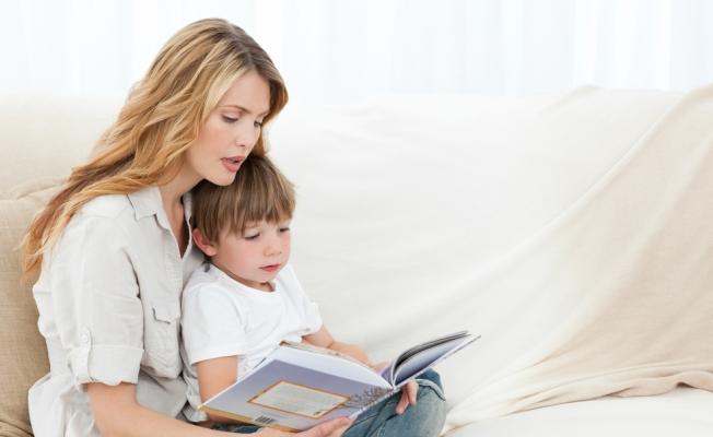 мама и сын читают