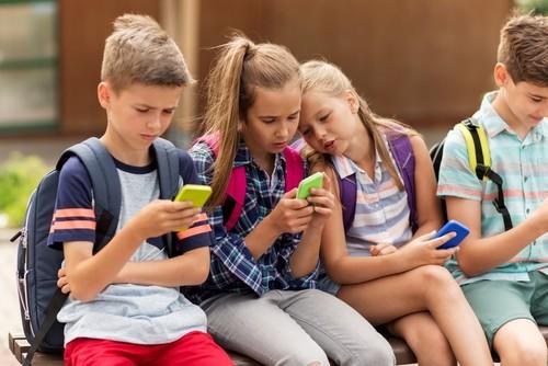 Дети сидят в смартфоне