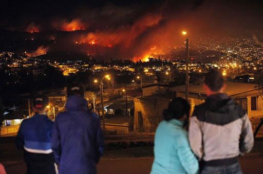 люди смотрят бедствия