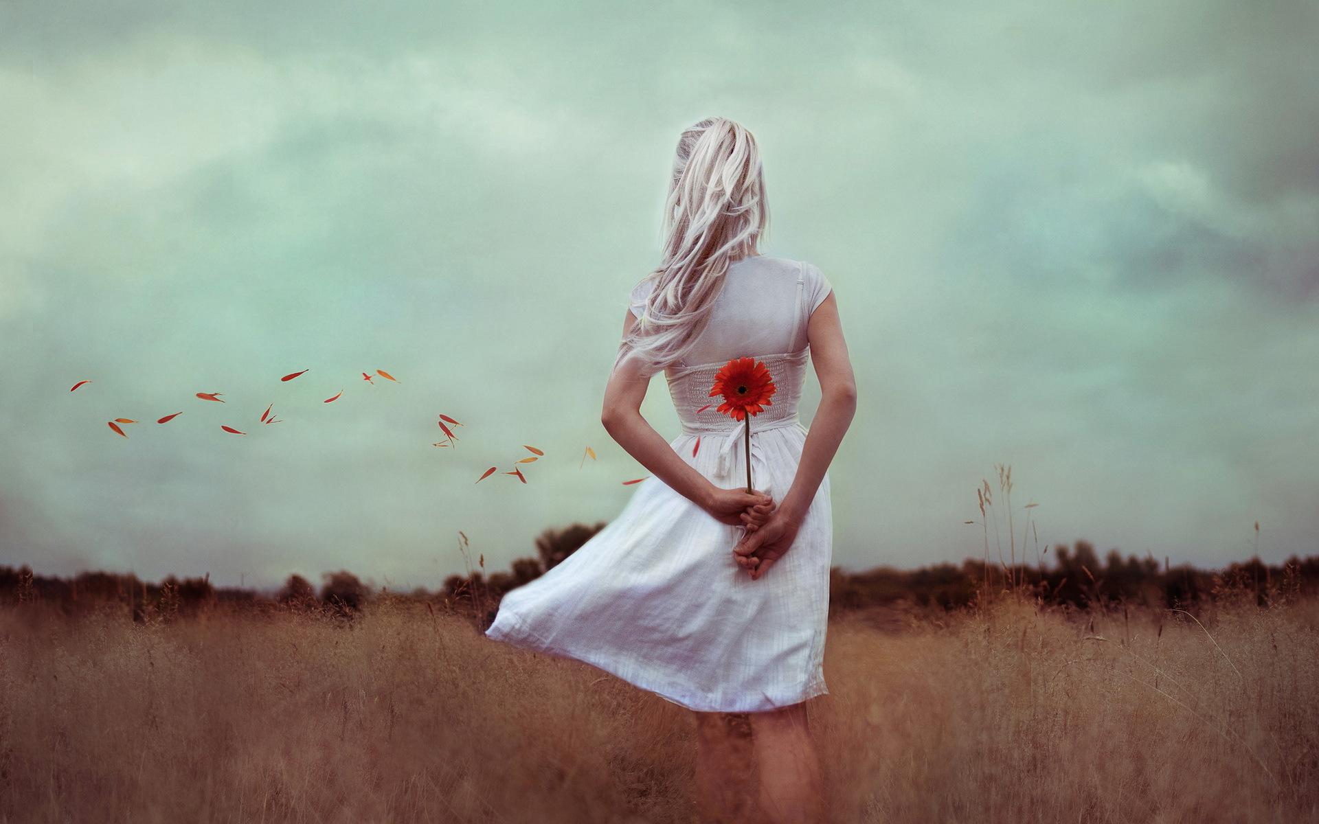 Крутые фото картинки в белом платье думает о жизни