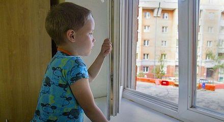 Дети и окна: как уберечь малыша от беды