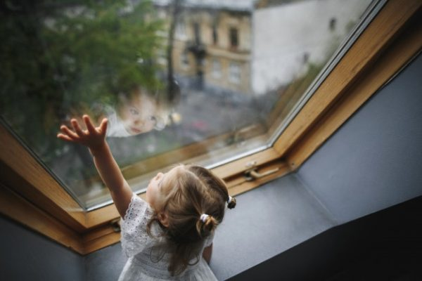 Что делать родителям, которые хотят быть уверенными в безопасности окон для своих детей