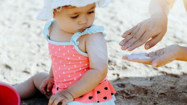 Аллергия на солнечные лучи у детей: причины, симптомы, лечение