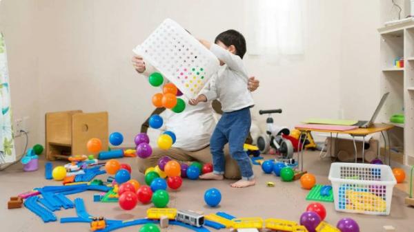 Почему дети кидают игрушки на пол