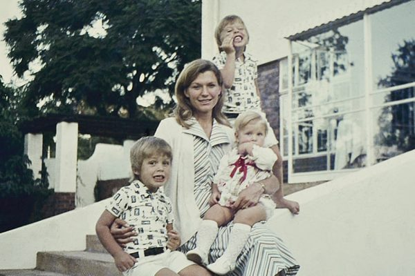 Мэй Маск с детьми