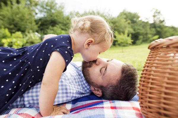Можно ли детей целовать в губы - что говорят психологи, врачи и педагоги