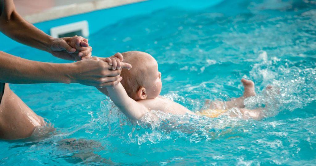 Плавание для грудничков: преимущества и недостатки