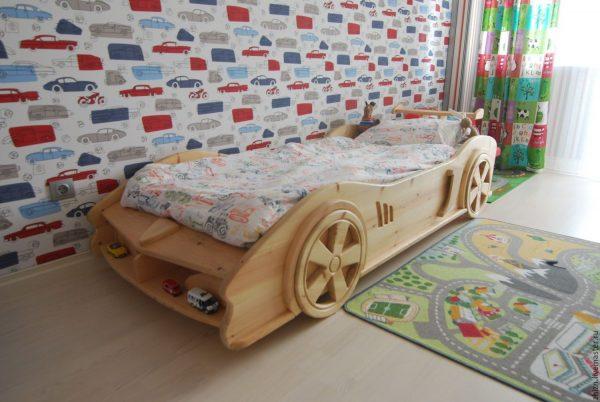 Оригинальный вариант обустройства детской комнаты - кровать-машина