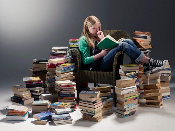 Девочка обложилась книгами