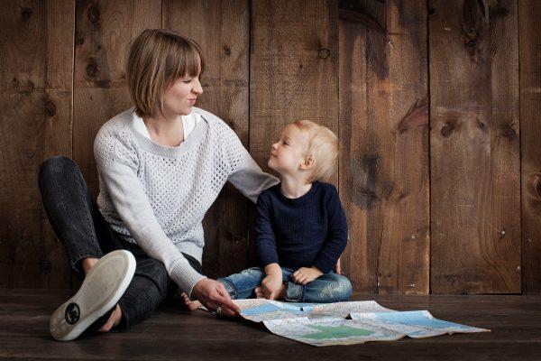 Мама с ребенком кривляются