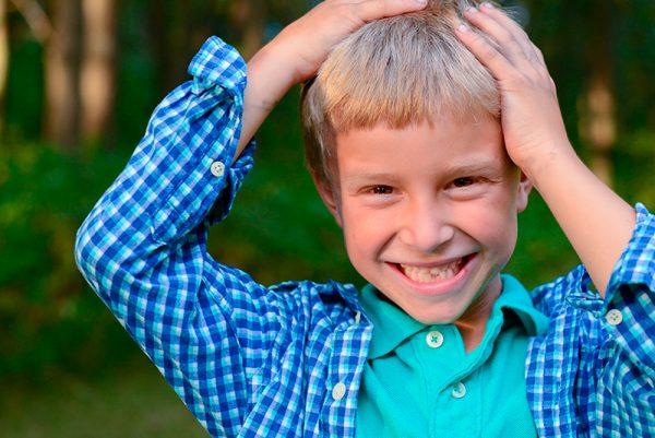 Веселый мальчик в синей клетчатой рубашке