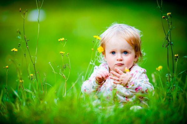 ребенок играет в травке