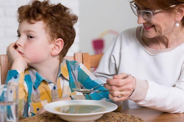Мальчик не хочет есть суп