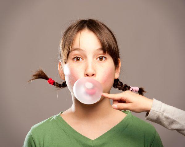 Девочка жует жвачку