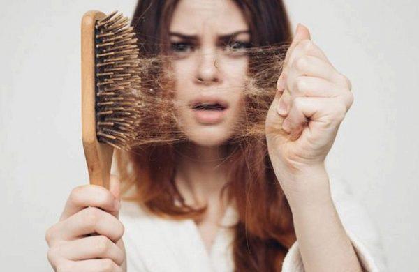 У девушки выпадают волосы