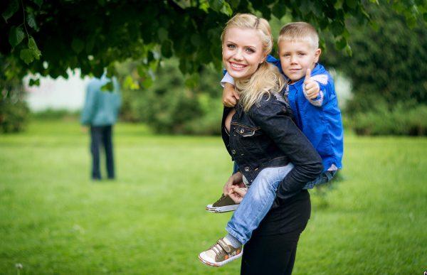 Счастливая мама с сыном на руках