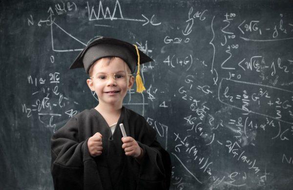 Ребёнок решает формулы у доски