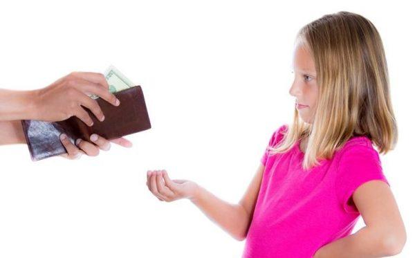Девочке дают деньги