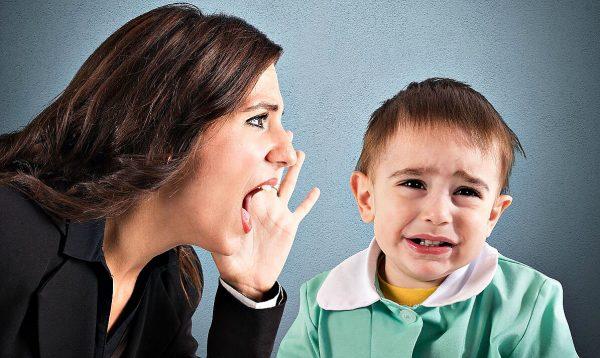Мама кричит на ребенка и доводит его до слез