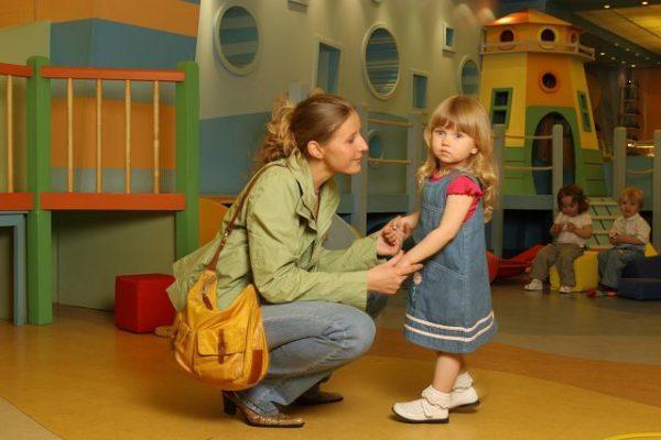 Мама прощается с дочкой в детском саду