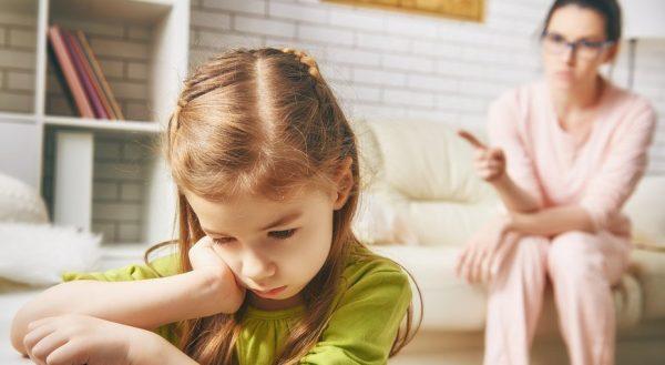 Мама поучает дочь
