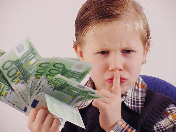 Мальчик держит в руках деньги
