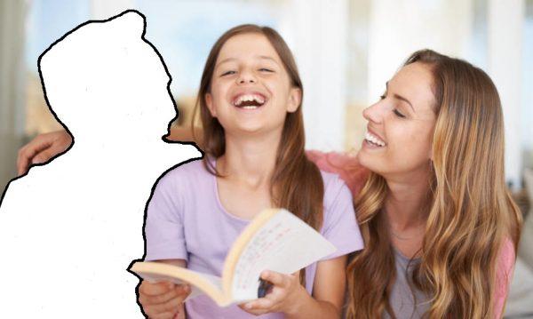 Мама и дочь смеются