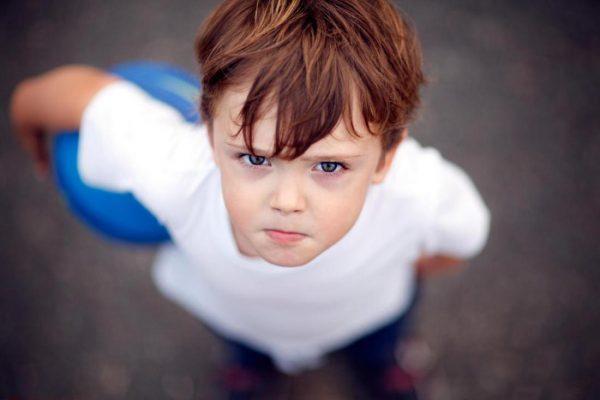 Мальчик с синим мячиком злится