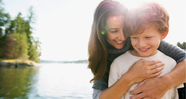 Мама обнимает сына