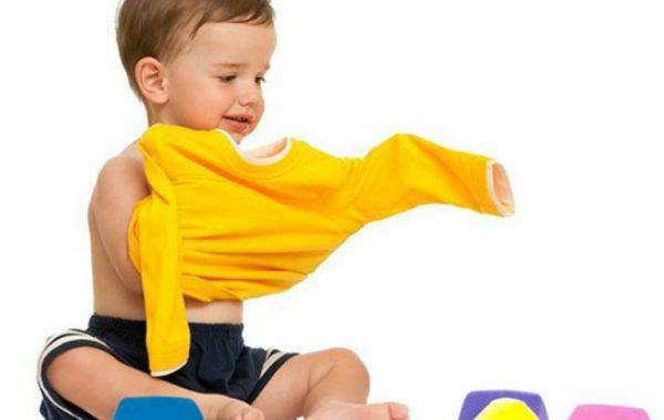 Малыш сам одевается