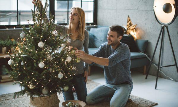 Семья украшает новогоднюю елку