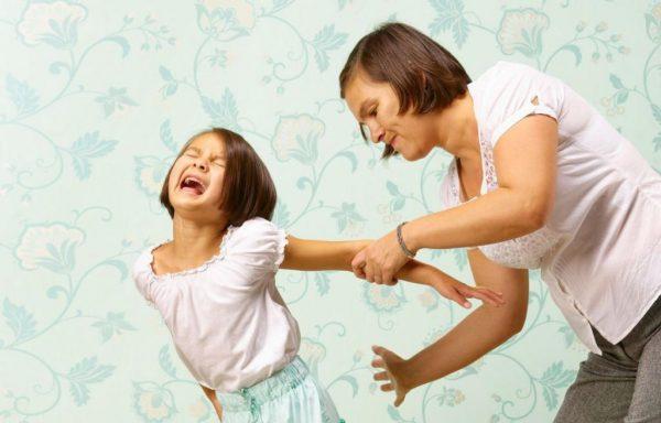 Мама бьет дочь