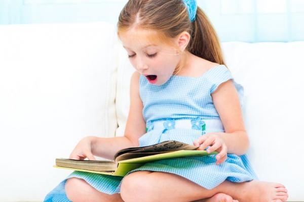 Девочка с интересом читает книгу