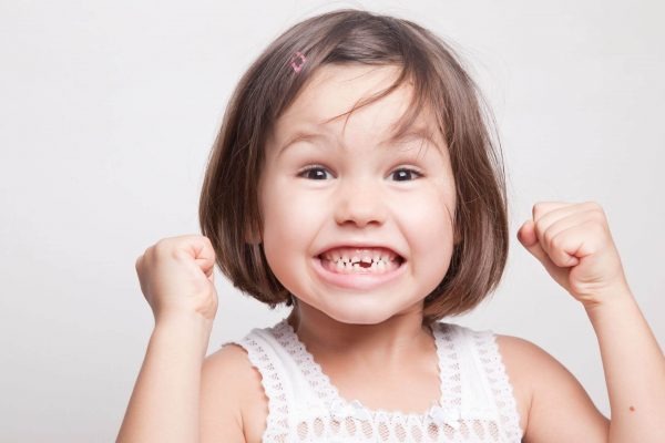 Красивая улыбка ребенка во все зубы