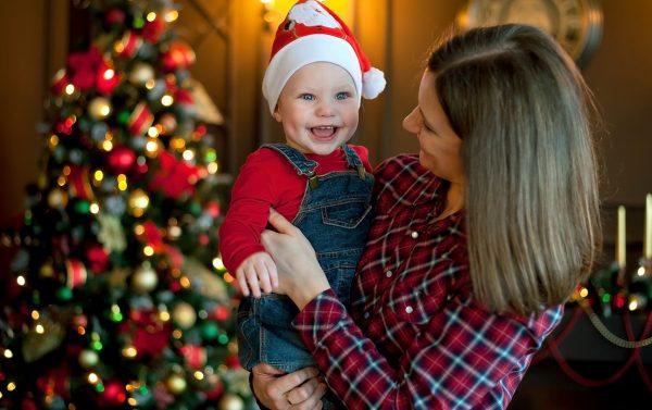 Мама с ребенком у новогодней елки