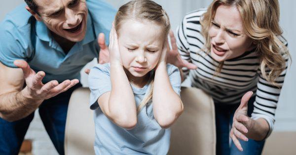 Родители ругают дочь, а она прикрывает уши руками