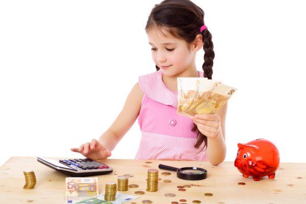 Девочка считает расходы на калькуляторе