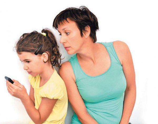Мать подсматривает в телефон дочери