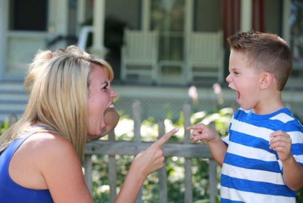 Мама и ребёнок кричат