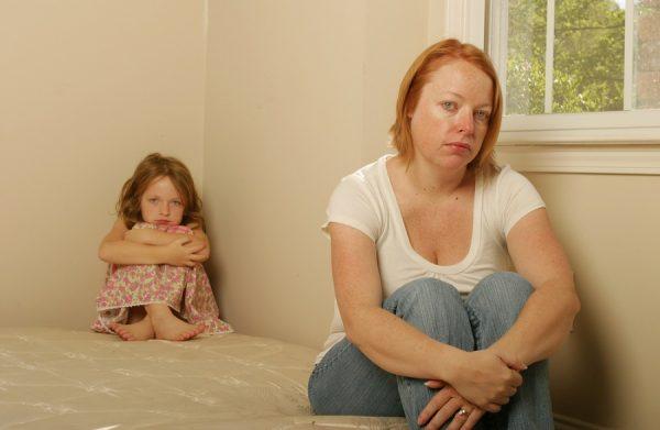 Грустные мама и дочь